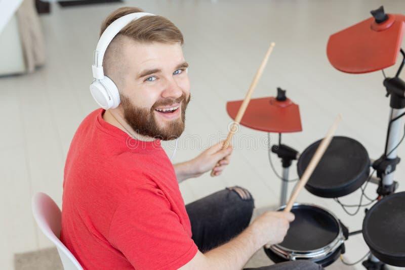 Gente, tambores y concepto de la afición - cierre encima de la vista lateral del músico con el instrumento de percusión foto de archivo