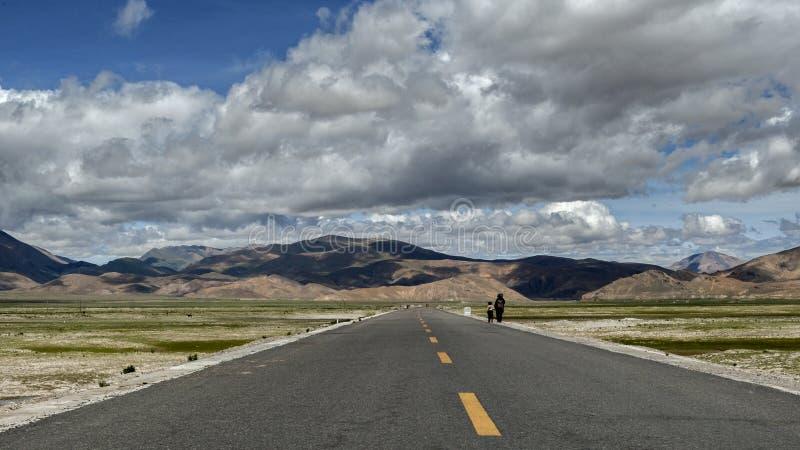 Gente tibetana che cammina sulla strada immagine stock