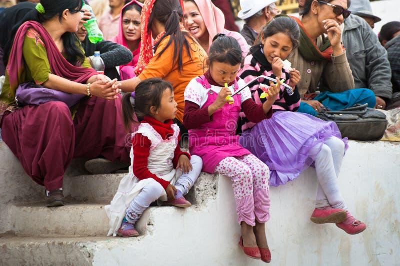 Gente tibetana que disfruta de funcionamiento popular del festival fotos de archivo libres de regalías