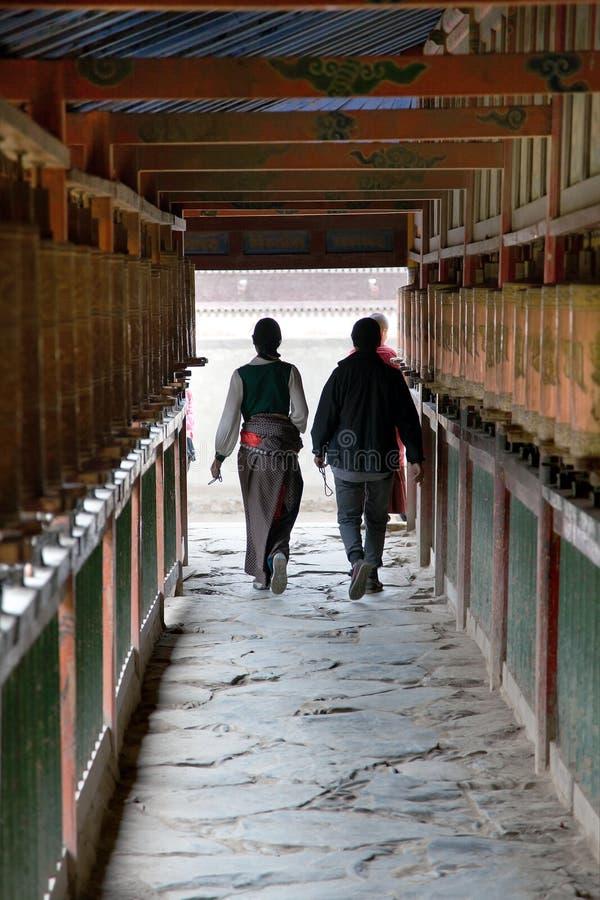 Gente tibetana y ruedas de rezo, monasterio de Labrang imagen de archivo