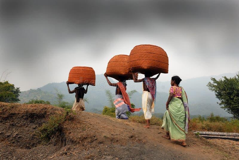 Gente tribal de Orissa en el mercado semanal imagenes de archivo