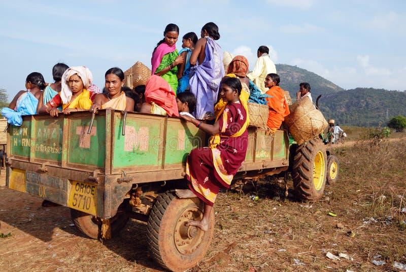 Gente tribale del Orissa al servizio settimanale. fotografia stock