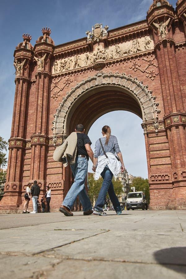Gente turística que camina en la calle en Barcelona de España imagen de archivo libre de regalías