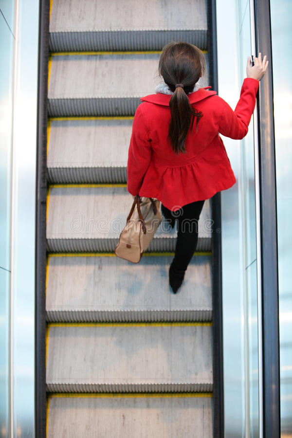 Gente urbana - pendolare della donna che cammina sulla scala mobile immagine stock