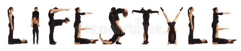 Gente vestida negro que forma palabra de la FORMA DE VIDA fotografía de archivo libre de regalías