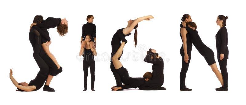 Gente vestida negro que forma palabra de la MUESTRA imagen de archivo libre de regalías