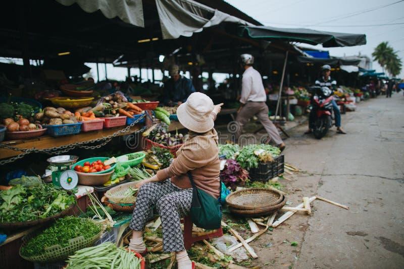 gente vietnamita desconocida en mercado del ultramarinos en Hoi An, Vietnam fotografía de archivo
