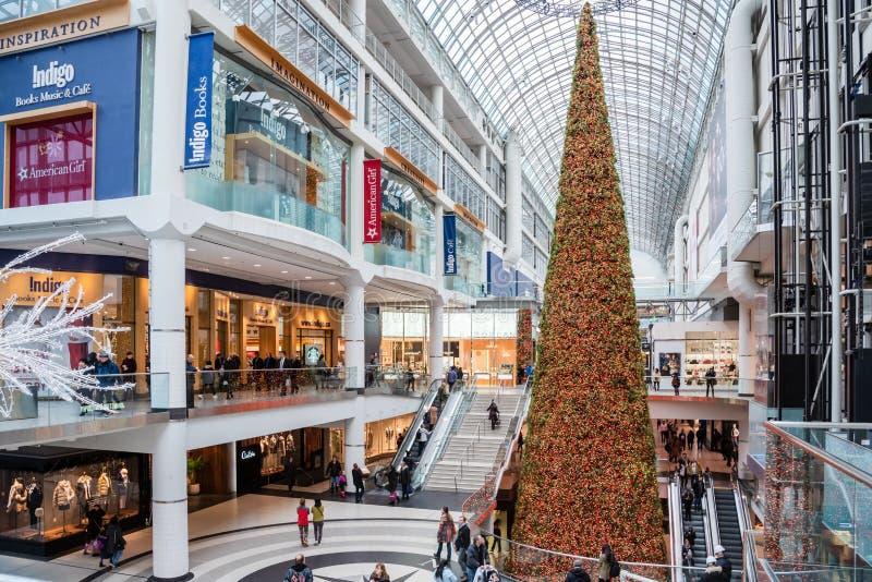 Gente Wadering alrededor del interior de un centro comercial adornar para la Navidad fotos de archivo libres de regalías
