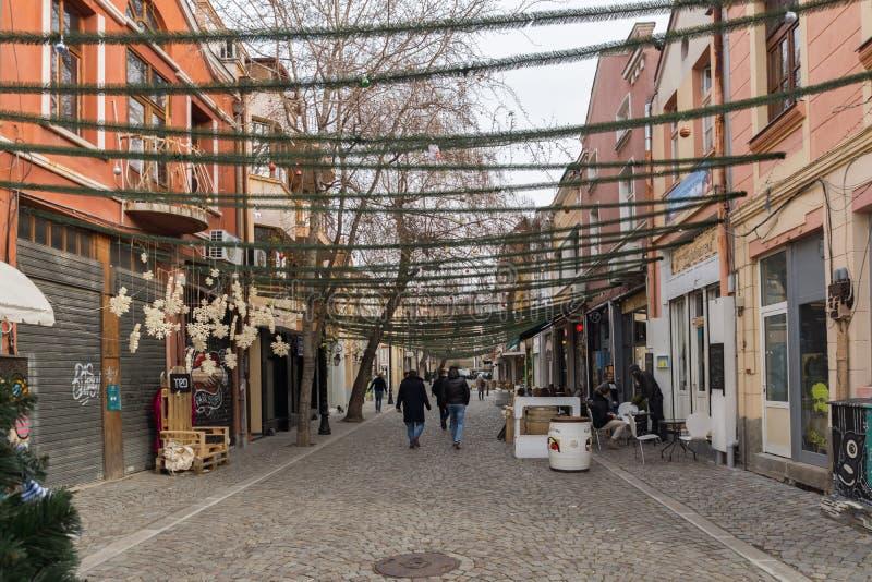 Gente y calle que caminan en el distrito Kapana, ciudad de Plovdiv, Bulgaria imágenes de archivo libres de regalías