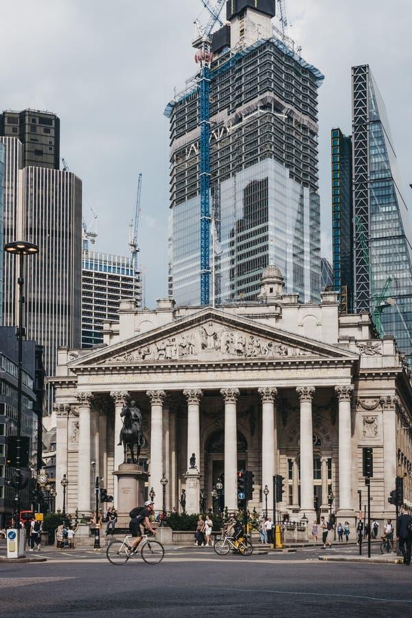 Gente y ciclistas que cruzan el camino delante del Banco de Inglaterra, Londres, Reino Unido fotos de archivo