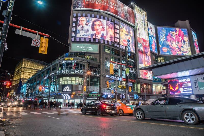 Gente y - coches en el cuadrado de Yonge-Dundas en la noche Totonto, Ontario fotos de archivo