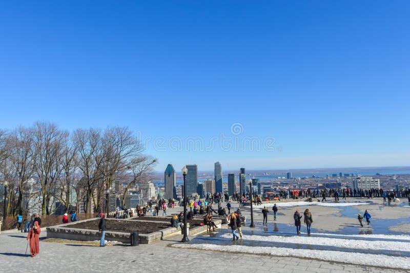 Gente y horizonte de Montreal del belvedere de Kondiaronk imágenes de archivo libres de regalías