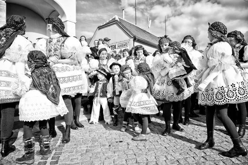 Gente y niños en traje popular imagen de archivo