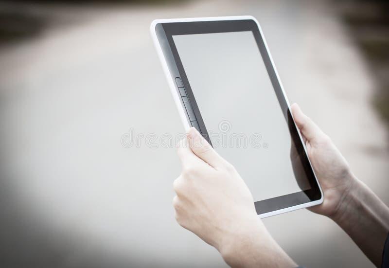 Gente y tecnología Primer de Person Holding Digital Tablet imágenes de archivo libres de regalías