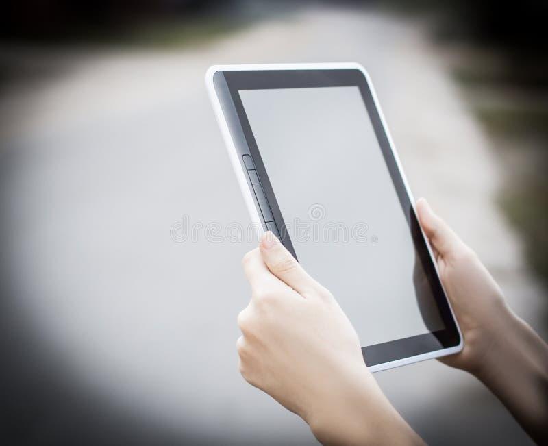 Gente y tecnología Primer de Person Holding Digital Tablet fotografía de archivo libre de regalías
