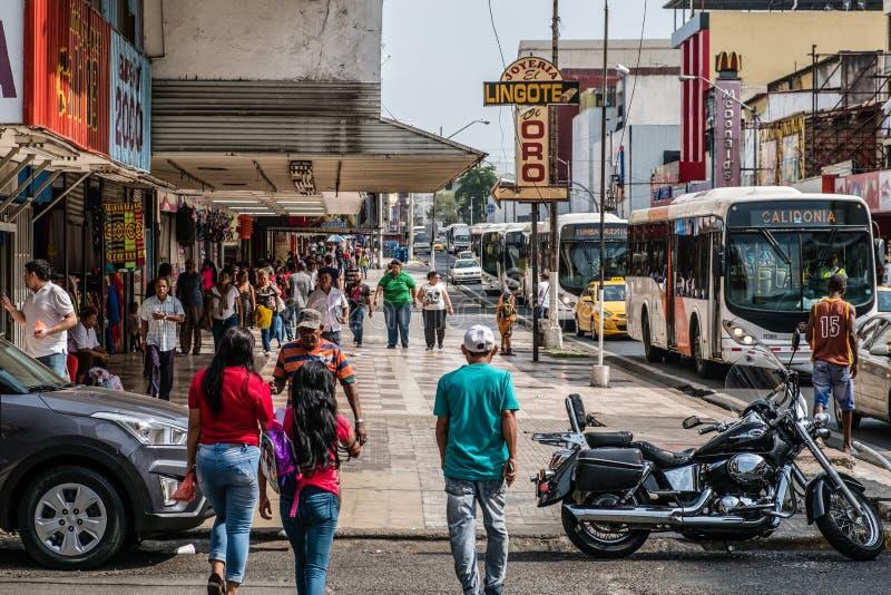 Gente y tráfico en la calle que hace compras ocupada en ciudad de Panamá, Avenida central foto de archivo