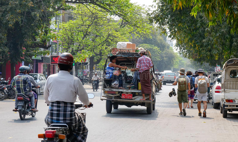 Gente y vehículos en la calle en Mandalay, Myanmar foto de archivo
