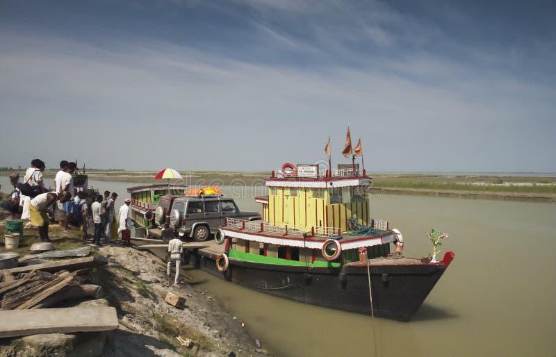 Gente y vehicals que llevan del transbordador en el río Brahmaputra Assam imagenes de archivo