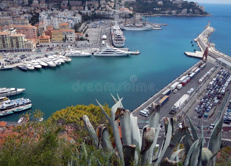 Gentil (Cote d'Azur, France) avec le port, les bateaux et le phare image libre de droits