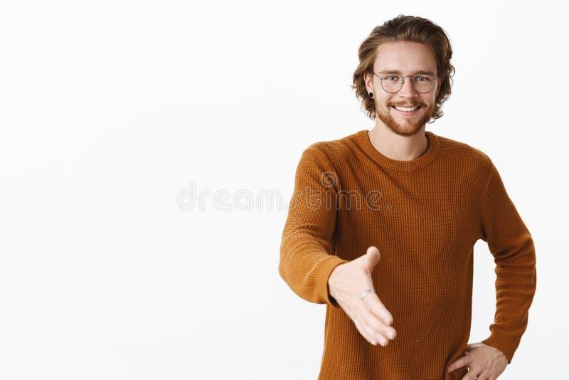 Gentil de vous contacter Portrait du jeune ami beau amical rencontrant des parents d'amie tirant la main vers image libre de droits
