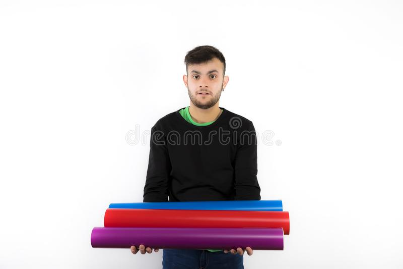 Gentil et affable jeune travailleur moderne avec la barbe tenant des petits pains de vinyle images libres de droits