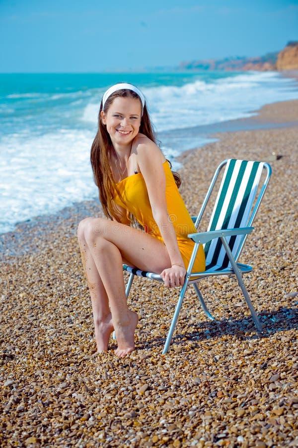 Gentil femme à la plage photographie stock