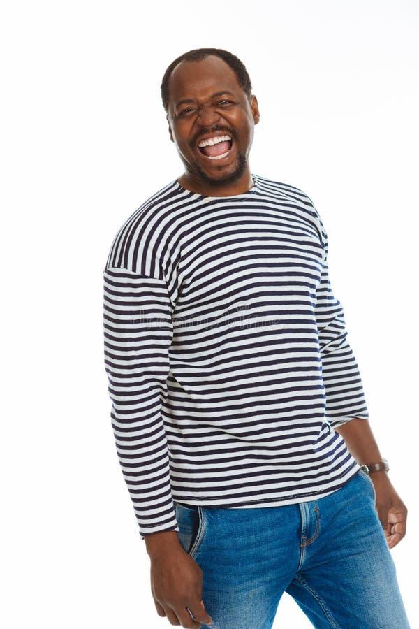 Gentil homme afro-américain heureux s'amusant photographie stock libre de droits