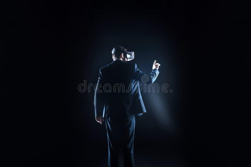 Gentil homme beau employant la technologie sans fil photos libres de droits