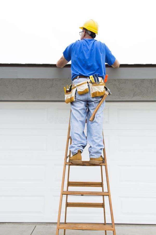 gentil ouvrier d'équipement d'isolement par construction images stock