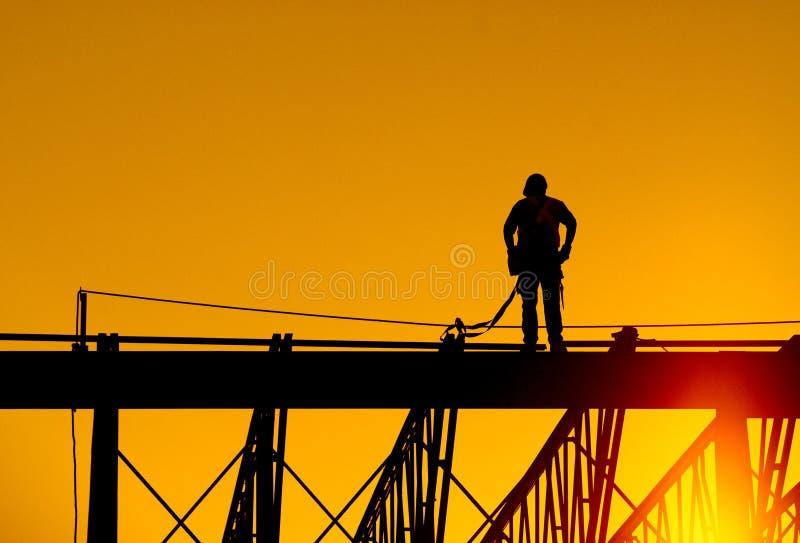 gentil ouvrier d'équipement d'isolement par construction image libre de droits