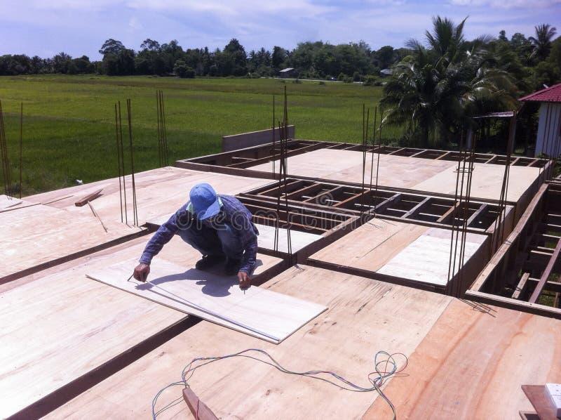 gentil ouvrier d'équipement d'isolement par construction photo libre de droits