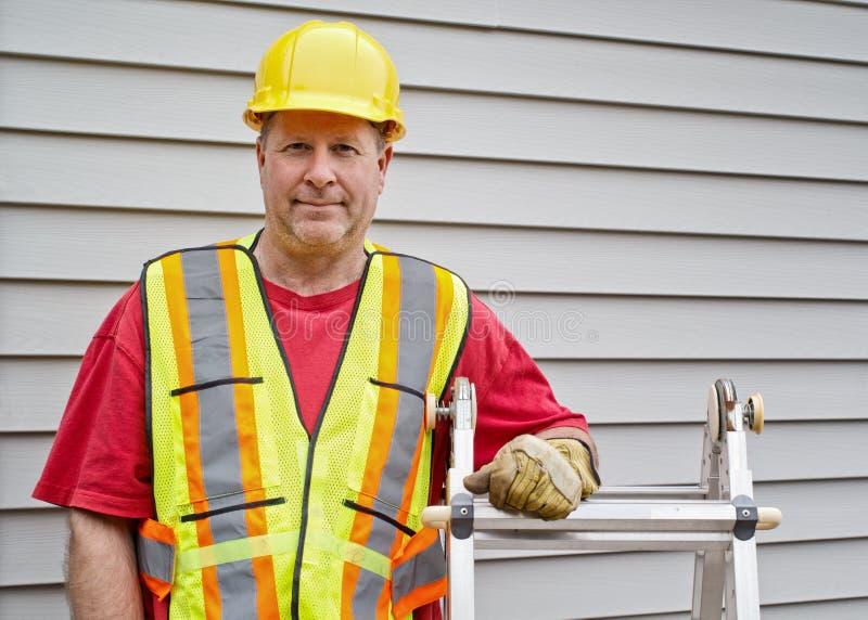 gentil ouvrier d'équipement d'isolement par construction photos stock