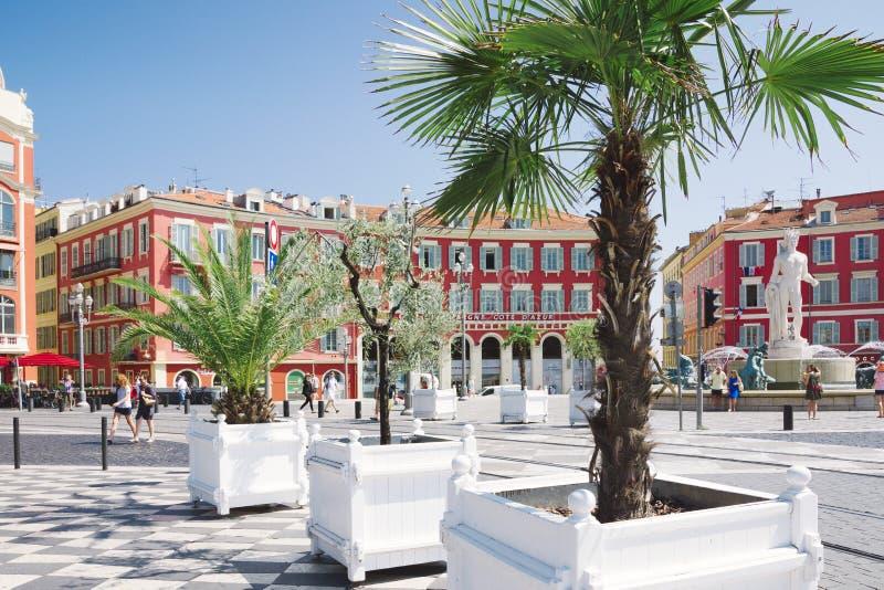 Gentil, Provance, Alpes, Cote d'Azur, français le 31 juillet 2018 ; Place Massena avec le bâtiment et l'allée rouges des arbres m photographie stock libre de droits