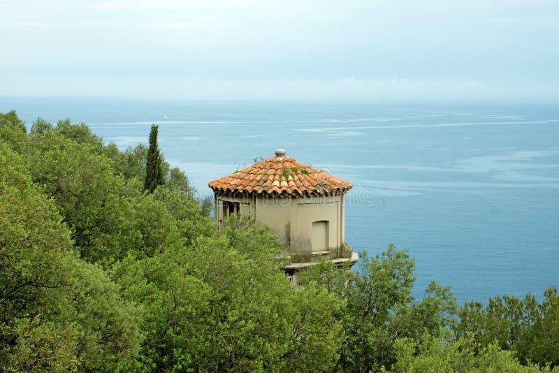 Gentil - tour donnant sur la mer Méditerranée photo stock