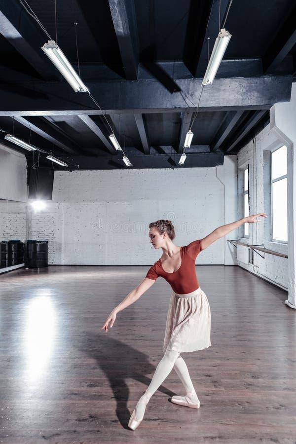 Gentille ballerine attirante appréciant sa danse de ballet photos stock