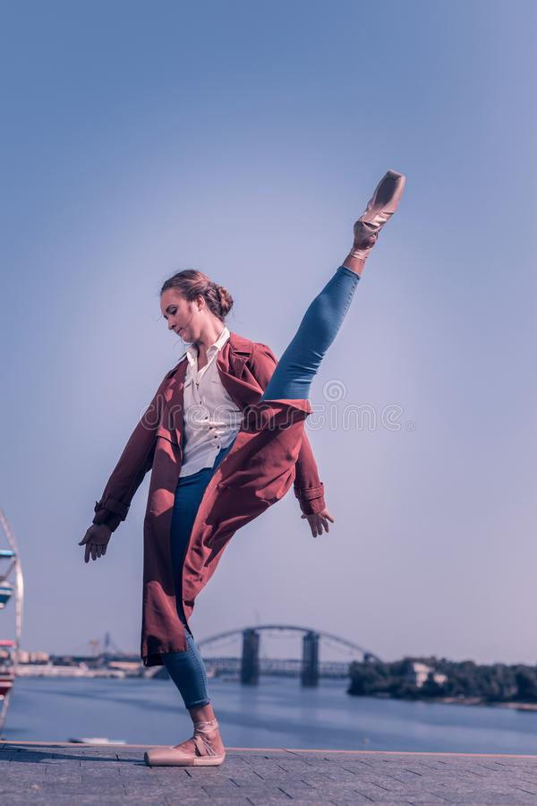 Gentille ballerine professionnelle ayant une représentation près de la rivière image stock