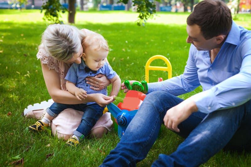 Gentille famille sur le parc de ville photographie stock libre de droits