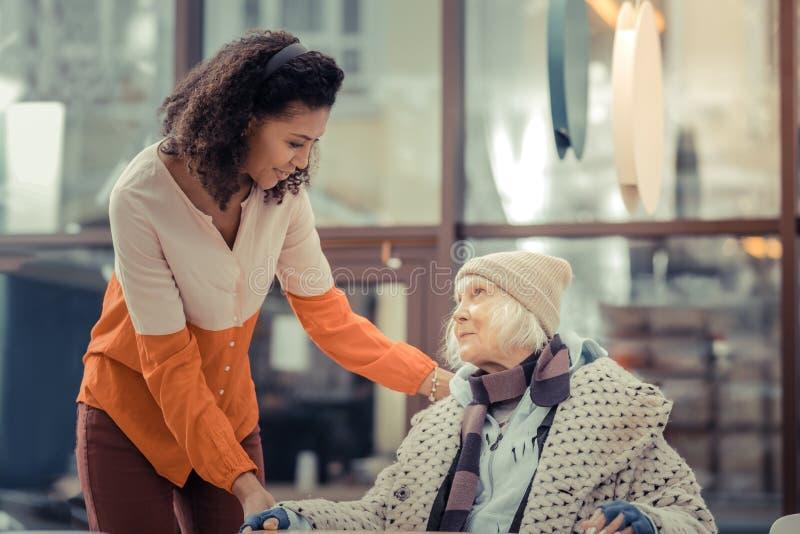 Gentille femme âgée gaie se sentant très optimiste photographie stock libre de droits