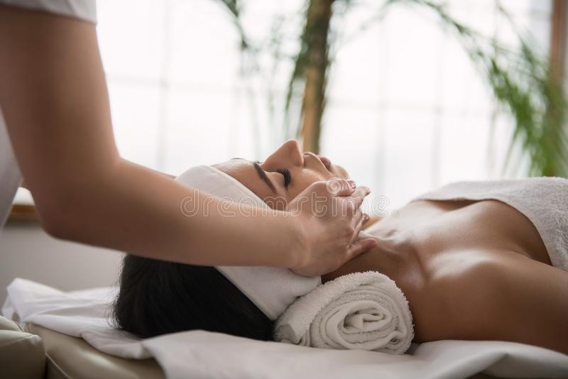 Gentille femme agréable détendant pendant le massage image libre de droits