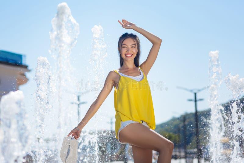 Gentille femme asiatique avec plaisir sentant la liberté absolue photographie stock