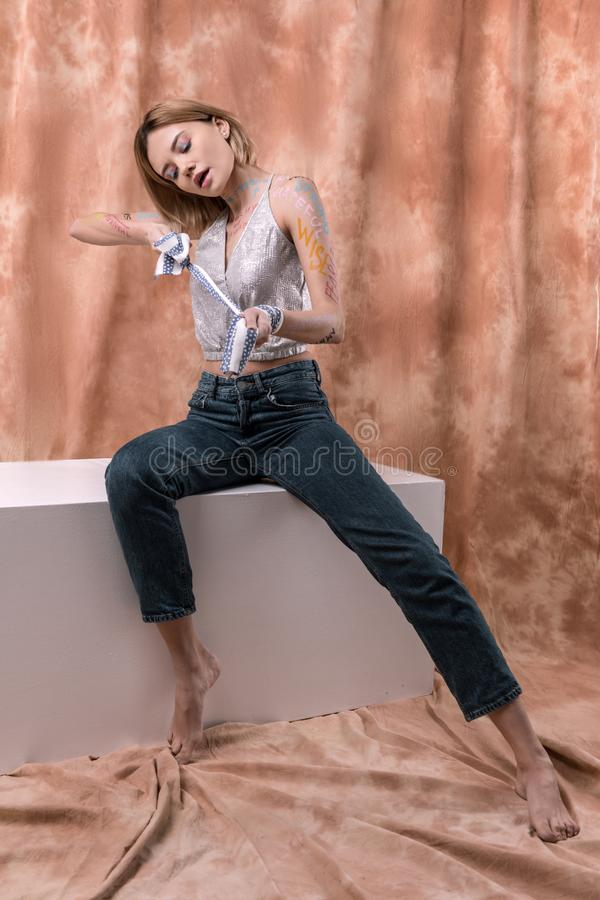 Gentille femme attirante essayant de se placer libre photo libre de droits