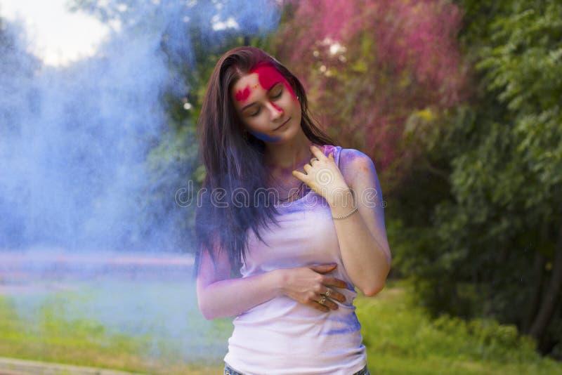 Gentille femme avec des cheveux en mouvement et peinture sèche image stock
