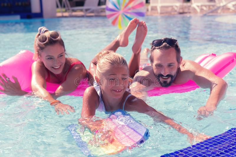 Gentille fille avec plaisir apprenant comment nager photographie stock libre de droits
