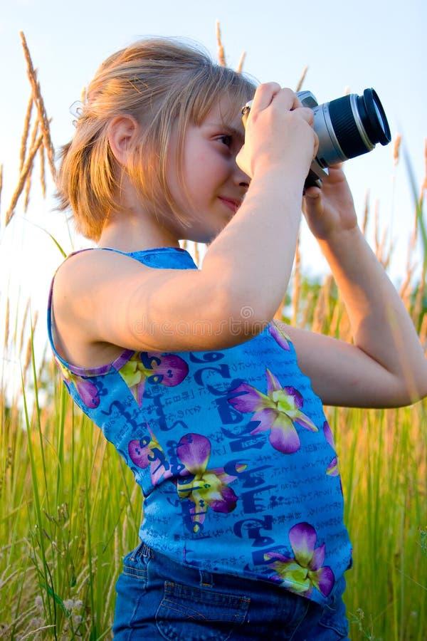 Gentille fille caucasienne prenant la photo photographie stock