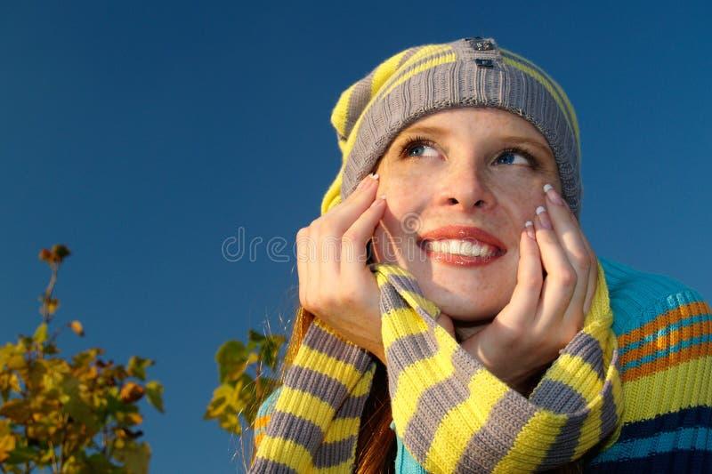Gentille fille couverte de taches de rousseur extérieure image stock