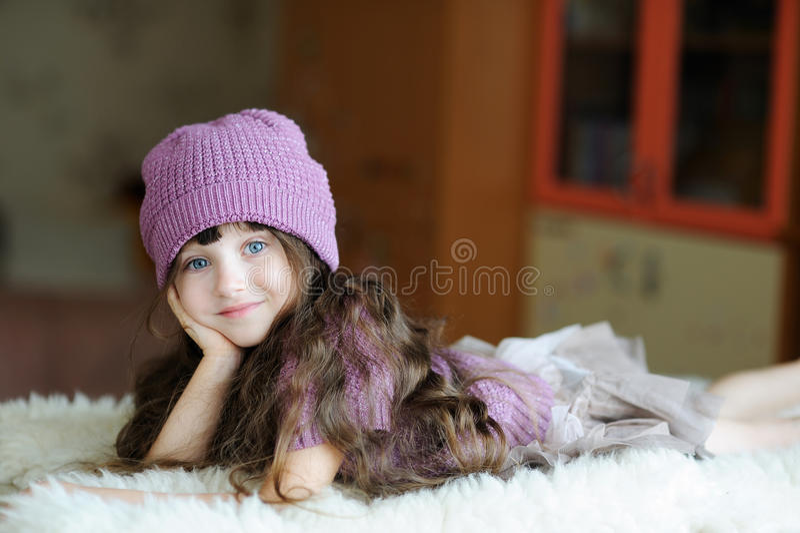 Gentille fille d'enfant en bas âge dans le chapeau pourpré images libres de droits
