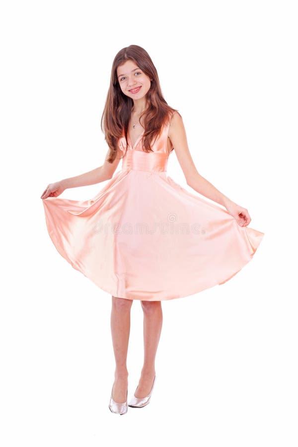 Gentille fille de l'adolescence dans la robe rose photos stock