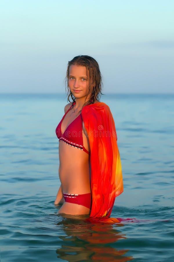 Gentille fille de l'adolescence en mer photo libre de droits