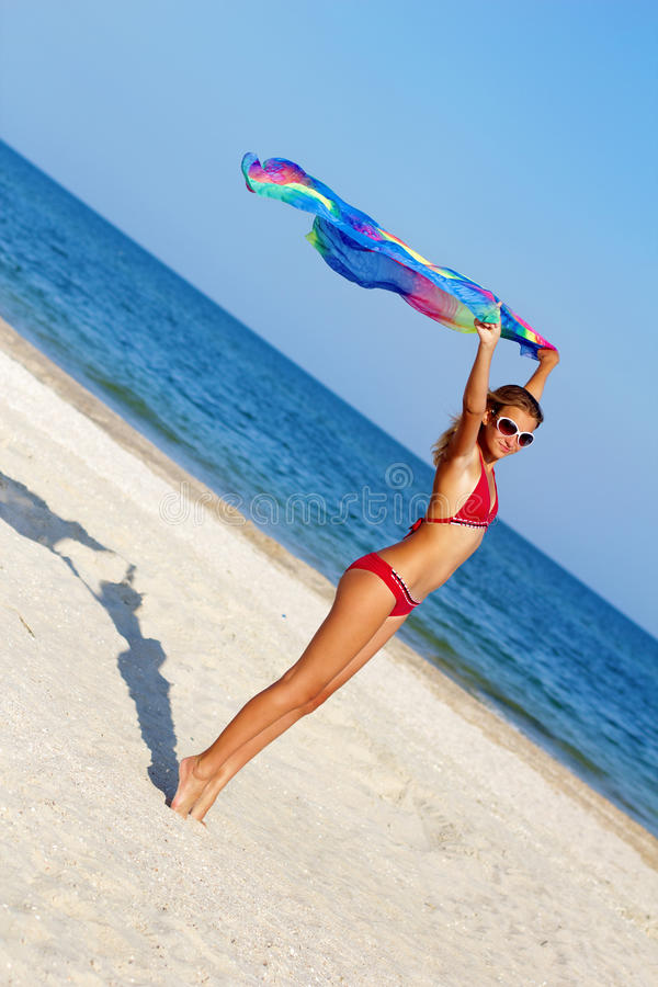 Gentille fille de l'adolescence se tenant sur la plage image libre de droits