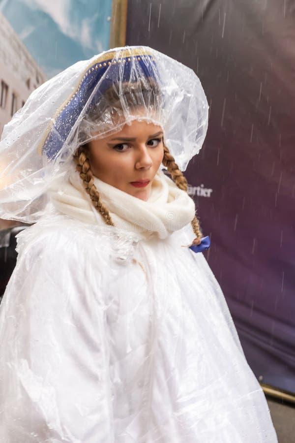 Gentille fille enveloppée contre la pluie au défilé de carnaval, Stuttgart photos libres de droits
